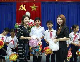 Á quân The Voice Tố Ny vui Tết Trung thu với trẻ em quê nhà