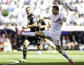 Benzema đưa Real Madrid lên ngôi đầu bảng La Liga