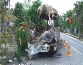 Xe khách cháy rụi vì tai nạn giao thông nghiêm trọng, 1 người chết