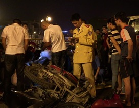 """Hà Nội: """"Xe điên"""" đâm hàng loạt xe máy trên cầu vượt, tài xế hoảng loạn nhảy cầu"""