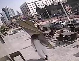 Người đàn ông may mắn sống sót khi bị tấm kính rơi sát đầu