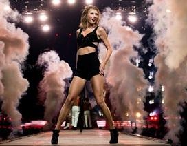 Taylor Swift khoe chân thẳng tắp trên sân khấu