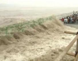 Xem thủy triều cao 30m ập vào bờ ở Trung Quốc