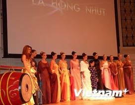 Hoa hậu Áo diện áo lụa Hà Đông tại kinh đô âm nhạc thế giới