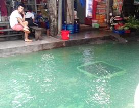 Hà Nội: Cả ngõ chìm trong làn nước xanh thẫm, mùi hắc