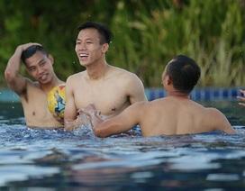 Các tuyển thủ đội tuyển Việt Nam nô đùa dưới bể bơi