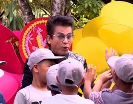 """MC Thanh Bạch """"quẩy hết mình"""" với các cầu thủ nhí"""