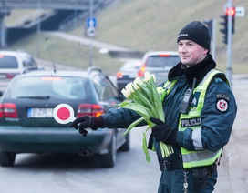 Lithuania: Cảnh sát đẹp trai xuống đường tặng hoa chị em ngày 8/3