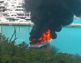 Du thuyền triệu đô bốc cháy ngùn ngụt