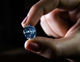 Viên kim cương xanh phá kỷ lục đấu giá tại Hong Kong