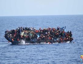 Kinh hoàng cảnh tàu chở gần 600 người di cư lật úp giữa Địa Trung Hải