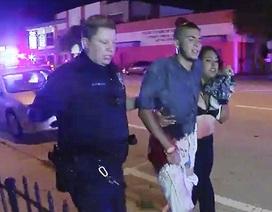 Nhiều người bị thương được đưa ra từ hiện trường vụ xả súng