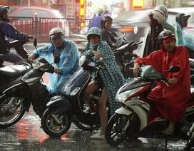Phụ huynh đội mưa rào chờ con thi