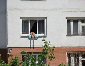 Sốc với màn tắm nắng vắt vẻo ngoài cửa sổ