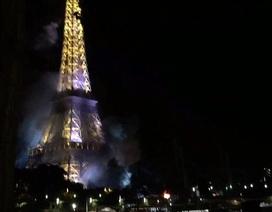 Người Paris hoảng hốt vì tháp Eiffel bốc khói mù mịt