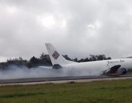Máy bay Indonesia kéo lê 1km trên đường băng, gẫy rời cần hạ cánh