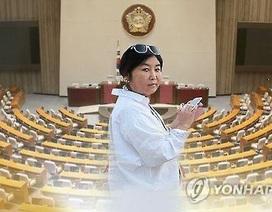 Người phụ nữ khiến tổng thống Hàn Quốc điêu đứng trở lại Seoul