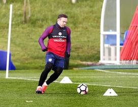 Rooney tươi rói trên sân tập cùng tuyển Anh