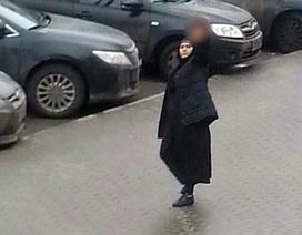 Nga bắt giữ người phụ nữ mang đầu trẻ em đi khoe giữa phố