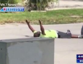 Cảnh sát Mỹ gây sốc vì bắn người da đen giơ tay đầu hàng