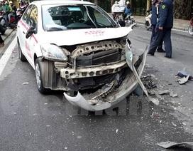 """Hà Nội: Taxi """"đấu đầu"""" trên phố, 2 người bị thương nặng"""