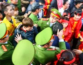 Lực lượng an ninh căng sức chống hỗn loạn cướp lộc tại hội Gióng