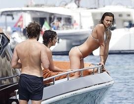 Siêu mẫu Nga diện bikini nóng bỏng trên du thuyền hạng sang