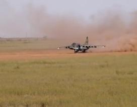 """""""Xe tăng bay"""" Su-25SM cất - hạ cánh trên đường băng cát"""