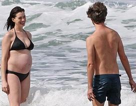 "Anne Hathaway bụng ""lùm lùm"" vẫn diện bikini"