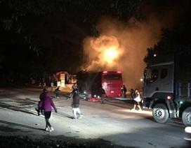 Xe khách tự cháy khi đang chạy trên đường