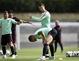 C.Ronaldo trêu đùa các đồng đội trên sân tập