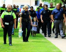 Cảm động chuyện 18 cảnh sát Mỹ đưa cậu bé 4 tuổi đi khai trường