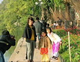 Hồ Hoàn Kiếm nhộn nhịp chiều cuối năm