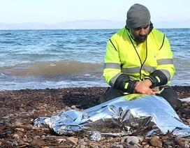 Nhân viên cứu trợ thất thần bên thi thể bé gái di cư trôi dạt vào bờ