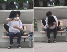 Tranh cãi bức ảnh học sinh ôm hôn chốn công cộng