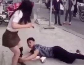Thanh niên giữa đường ôm chân xin bạn gái đừng bỏ