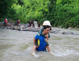 Thầy giáo gãy xe, lội suối… cõng học sinh đến trường khai giảng