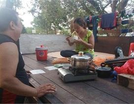 Cảnh sống trong xe tải của vợ Việt, chồng Tây giữa đất Singapore