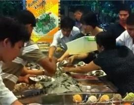 Người Việt tranh ăn, đại sứ quán VN cúi đầu xin lỗi