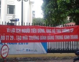 Căng băng rôn trước cổng bộ: Bỏ vốn kinh doanh sao khó thế!
