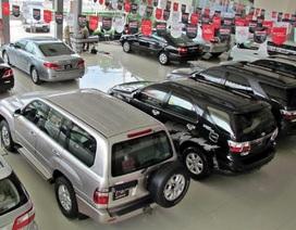 Ô tô giảm giá trăm triệu: Showroom thắp hương cầu khách
