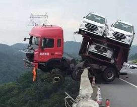 Xe tải lơ lửng trên không sau khi đâm vào hộ lan trên cao tốc