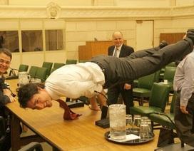 """Thủ tướng Canada gây """"sốt"""" với ảnh tập yoga tư thế khó"""