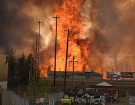 Canada: Cháy rừng thiêu rụi 1.600 ngôi nhà, đe dọa biến cả thành phố thành tro bụi