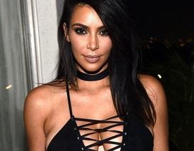 """Kim Kardashian """"bức tử"""" vòng một"""