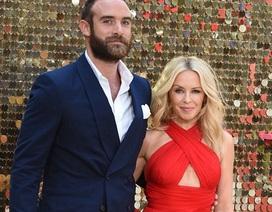 """Đính hôn với """"phi công trẻ"""", Kylie Minogue quyến rũ hơn!"""