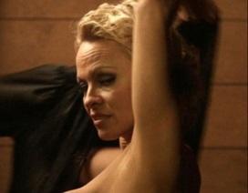 """49 tuổi, """"quả bom sex"""" Pamela Anderson vẫn """"cởi đồ"""" trên màn ảnh"""