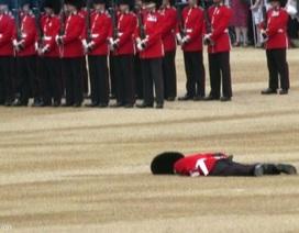 Vệ binh bị ngất trong lễ mừng sinh nhật Nữ hoàng Anh