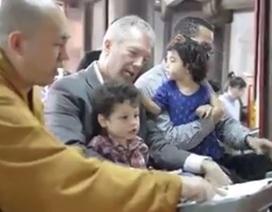Đại sứ Mỹ đưa cả gia đình lên chùa làm lễ Vu Lan