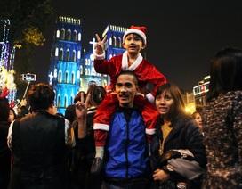 Người dân háo hức đổ về tuyến phố trung tâm đón Noel
